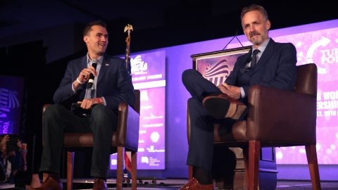 fot. Gage Skidmore - Charlie Kirk and Jordan Peterson speaking with attendees at the 2018 Young Women's Leadership Summit hosted by Turning Point USA at the Hyatt Regency DFW Hotel in Dallas, Texas.